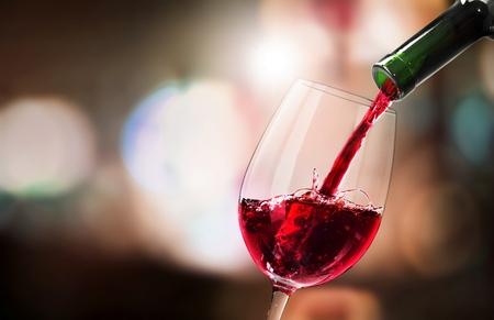 Photo pour Pour red wine - image libre de droit