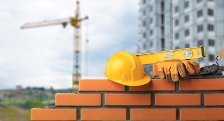Photo pour Bricklayer installing bricks - image libre de droit