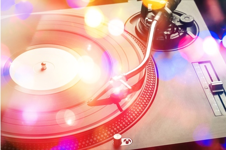 Foto de Close Up of Turntable Playing Vinyl, Black and White - Imagen libre de derechos