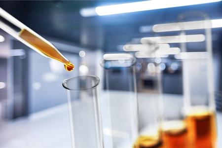 Photo pour Oil in glass lab tube - image libre de droit