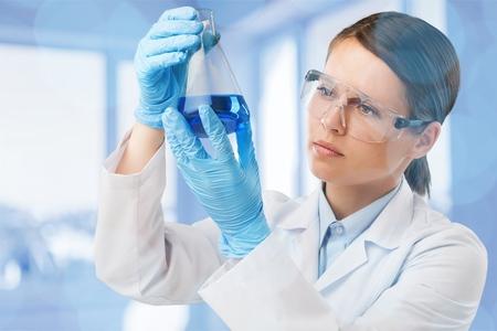 Foto de Female scientist working in laboratory - Imagen libre de derechos