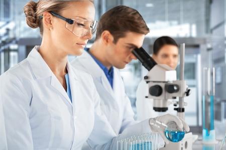 Foto de Scientists are working in a chemical lab - Imagen libre de derechos
