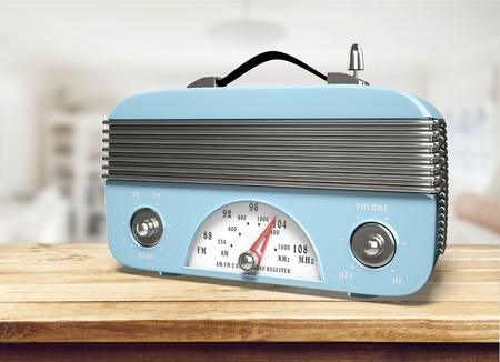 Foto de Retro radio on a wooden desk - Imagen libre de derechos