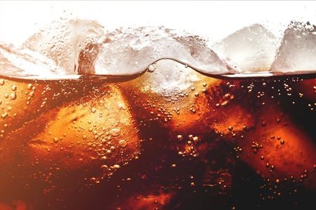 Photo pour Ice cubes in cola beverage, close up - image libre de droit