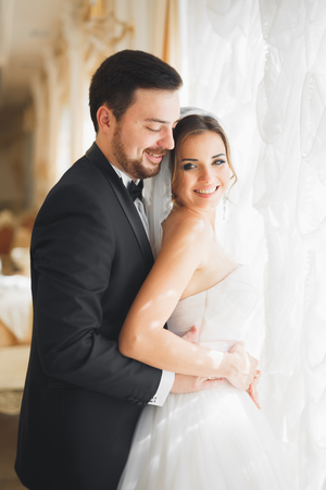 Photo pour Wedding photo shoot of the newlyweds couple posing in a beautiful hotel - image libre de droit