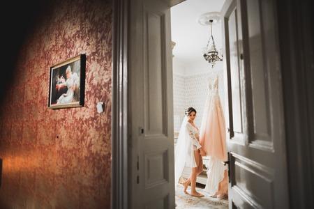 Foto de Beautiful luxury bride in elegant white dress - Imagen libre de derechos