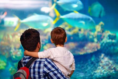 Foto de father and son in oceanarium - Imagen libre de derechos