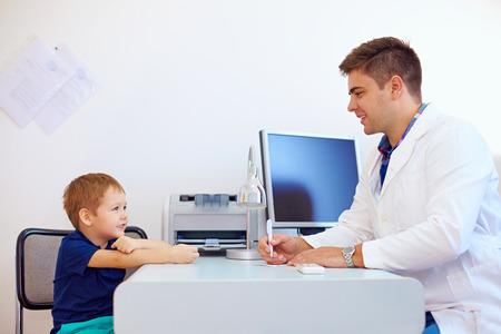 Foto de boy at the pediatrician doctor, psychologist - Imagen libre de derechos