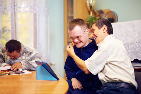Foto de happy friends with disability socializing through internet - Imagen libre de derechos