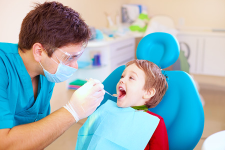Foto de small kid patient visiting specialist in dental clinic - Imagen libre de derechos