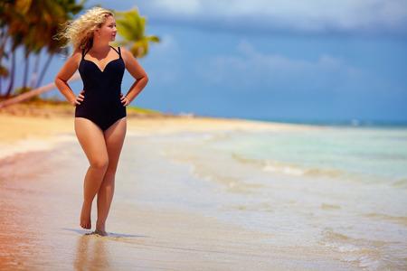 Photo pour beautiful plus size woman walking on summer beach - image libre de droit