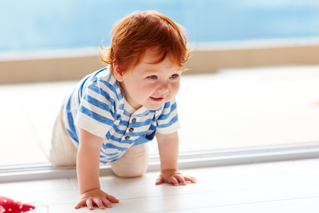 Photo pour cute smiling toddler baby crawling on the floor - image libre de droit