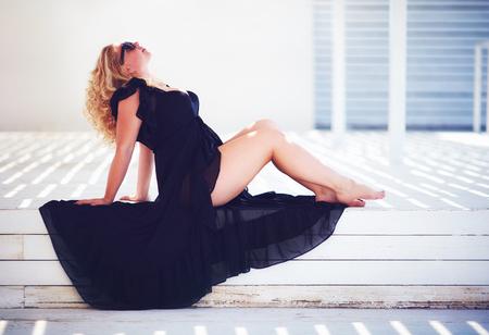 Photo pour body positive, plus size woman enjoys summer day - image libre de droit