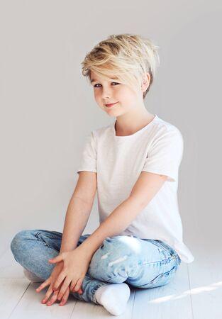 Photo pour handsome teenager boy sitting on the floor - image libre de droit