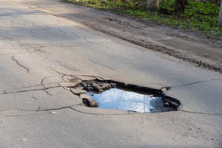 Photo pour Road hole. Repair work grey asphalt puddle - image libre de droit