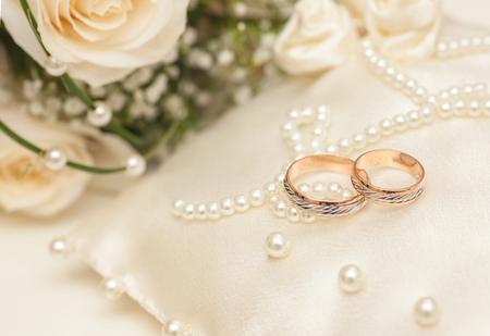 Photo pour Two Golden Wedding Rings with purls on pillow - image libre de droit