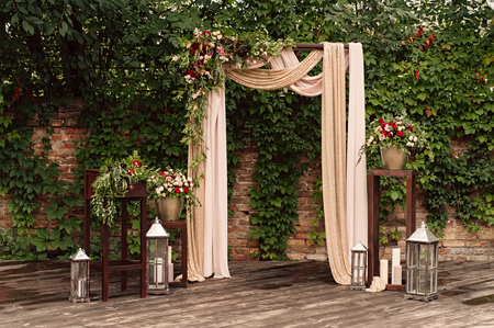 Photo pour arch for the wedding ceremony, decorated cloth flowers greenery, - image libre de droit