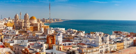 Photo pour Aerial panoramic view of the old city rooftops and Cathedral de Santa Cruz in the morning from tower Tavira in Cadiz, Andalusia, Spain - image libre de droit