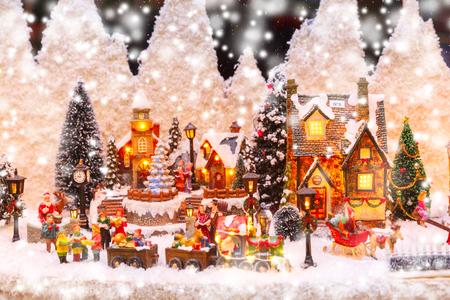 Foto de Santa Claus, Christmas tree and toys at a Christmas souvenir market shop in Strasbourg, Alsace, France - Imagen libre de derechos