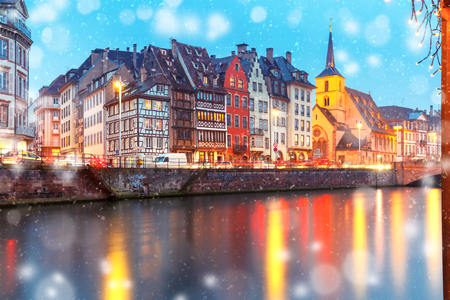 Photo pour Picturesque Christmas quay and church of Saint Nicolas with mirror reflections in the river Ile during evening blue hour, Strasbourg, Alsace, France - image libre de droit