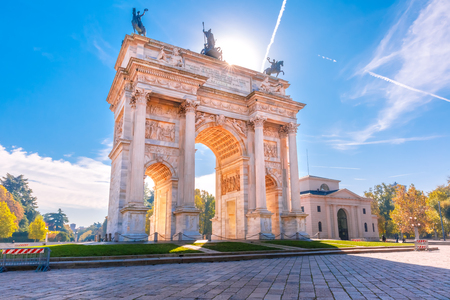 Photo pour Arch of Peace, or Arco della Pace, city gate in the centre of the Old Town of Milan in the sunny day, Lombardia, Italy. - image libre de droit