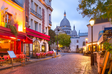 Photo pour The Place du Tertre with tables of cafe and the Sacre-Coeur in the morning, quarter Montmartre in Paris, France - image libre de droit