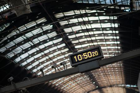 Photo pour A large clock at Paddington rail station in London. - image libre de droit