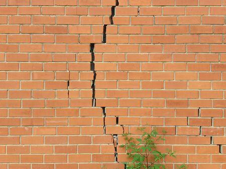 Photo pour Cracked brick wall. Broken brick wall background - image libre de droit