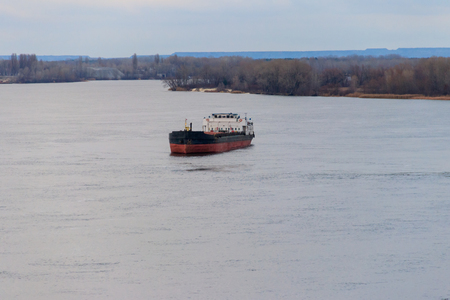 Foto per Cargo ship sailing on the river Dnieper - Immagine Royalty Free