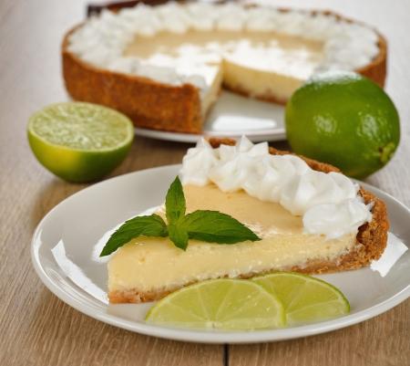 Foto de Key lime pie on a brown table - Imagen libre de derechos