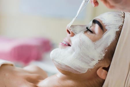 Foto de Spa facial mask application. Spa beauty organic facial mask application at day spa salon. - Imagen libre de derechos