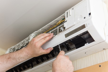 Photo pour Master check and clean air conditioning - image libre de droit
