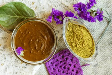 Foto de Henna powder and henna paste. Prepare the henna paste at home. Focus on the powder. - Imagen libre de derechos