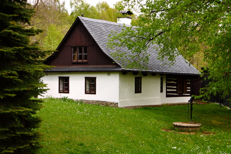 Photo pour Old bohemia classic house with the pump and green lawn - image libre de droit