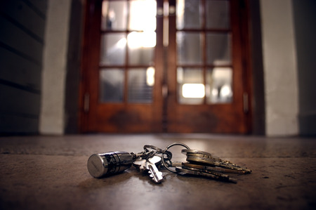 Foto de lost keys on the floor in front of the door - Imagen libre de derechos