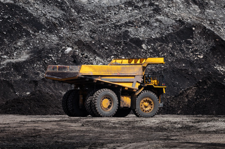 Foto de Big dump truck or Mining truck is mining machinery, or mining equipment to transport coal from open-pit or open-cast mine as the Coal Production. This picture show dump truck on open-pit coal mine. - Imagen libre de derechos