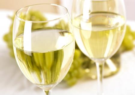 Photo pour art wine glasses on the table - image libre de droit