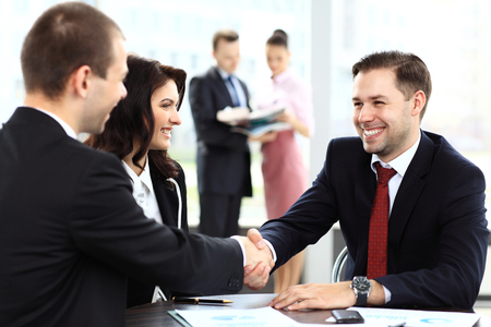 Foto de Business people shaking hands, finishing up a meeting - Imagen libre de derechos