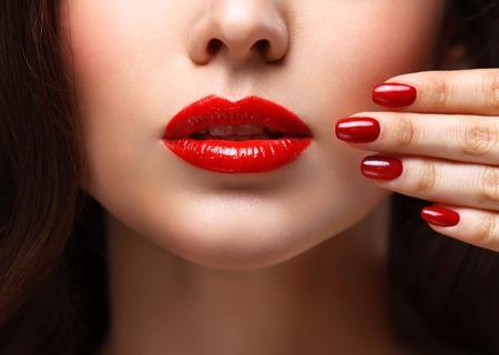 Photo pour Red Sexy Lips and Nails closeup. - image libre de droit