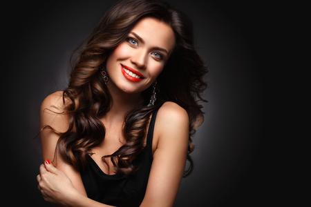 Photo pour Beauty Model Woman with Long Brown Wavy Hair - image libre de droit