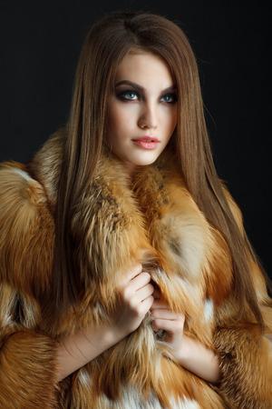 Foto de Beauty Fashion Model Girl in  fox Fur Coat. - Imagen libre de derechos