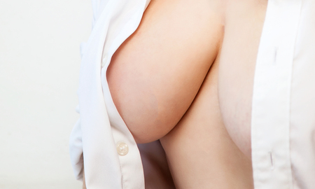 Photo pour Woman with large breastswithout bra and white shirt - image libre de droit