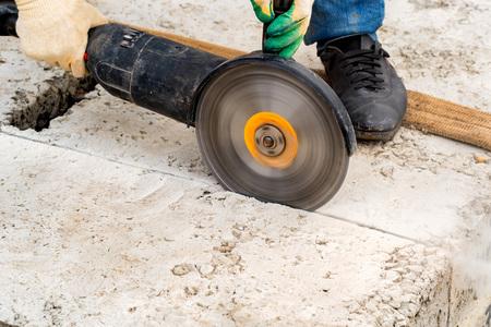 Photo pour Close up worker cuts concrete with circular saw - image libre de droit