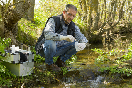 Photo pour Scientist and biologist hydro-biologist takes water samples for analysis. - image libre de droit