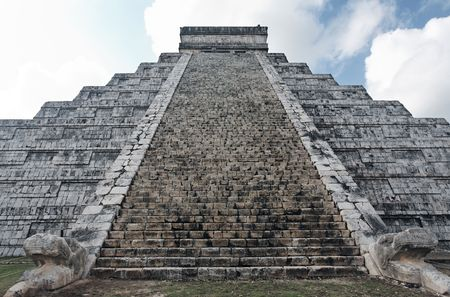 Photo pour El Castillo the castel of Chichen Itza in the yucatan was a Maya city and one of the greatest religious center and remains today one of the most visited archeological sites - image libre de droit