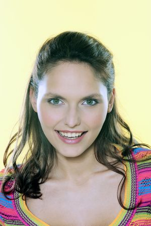 Foto de studio shot portrait of a beautiful 25 years old smiling woman  - Imagen libre de derechos