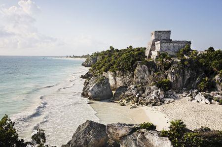 Foto de view of the mayan archaeological site of tulum - Imagen libre de derechos