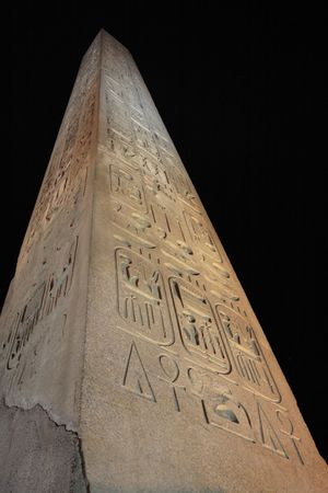Photo pour obelisk of the luxor temple by night in upper egypt - image libre de droit