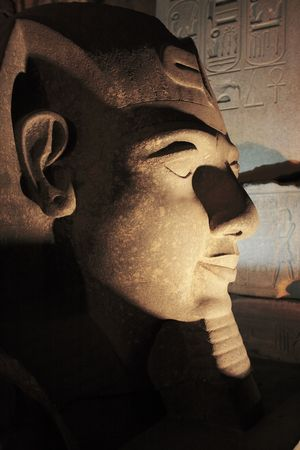 Photo pour ramessses II statue  of the luxor temple by night in upper egypt - image libre de droit