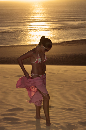 Photo pour beautiful  bikini dressed with a saron young brazilian  woman in jericoacoara at the sunset ceara state near fortaleza - image libre de droit